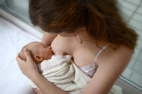 Maitinanti motina