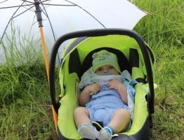 Vaikas po skėčiu