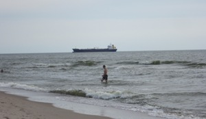 Žmogus maudosi jūroje