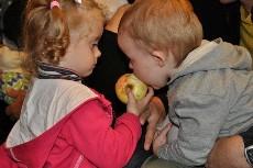 Vaikai valgo obuolį