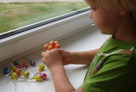 Vaikas su saldainiais