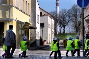 Vaikai eina per gatvę