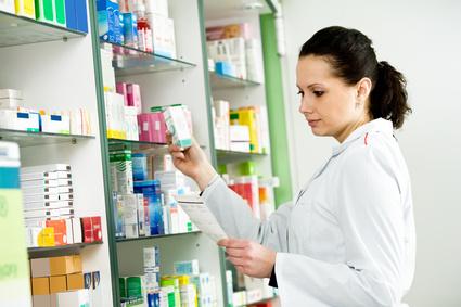 Vaistininkė prie vaistų lentynų