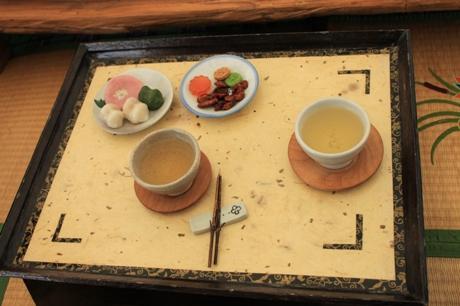 Tradiciniai saldainiai iš ryžių ir arbata