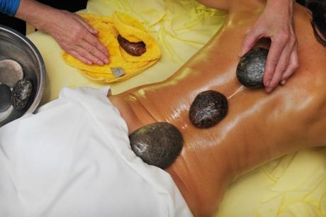Masažas su karštais akmenimis