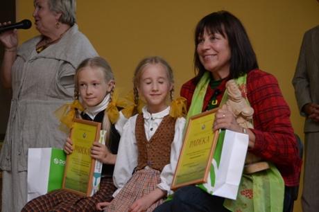 Danutė Kunčienė su jaunosiomis šeimininkėmis