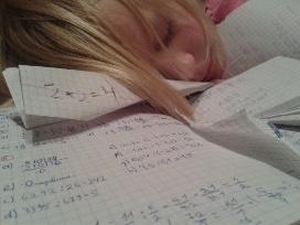 mokinė miega