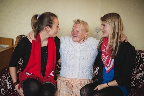 MOPT jaunieji savanoriai su globojama senute