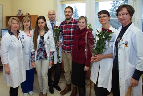 Pacientas su mama ir medikais po inkstų transplantacijos