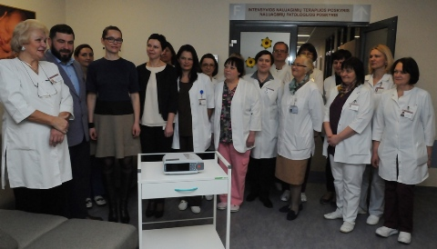 Akušerijos ir ginekologijos centro kolektyvas su Dariaus ir Raginos Katinų šeima