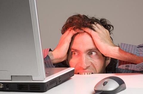 Vyras prie kompiuterio