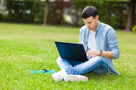 Dirba kompiuteriu