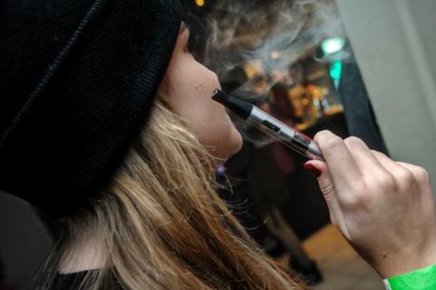 Mergina rūko