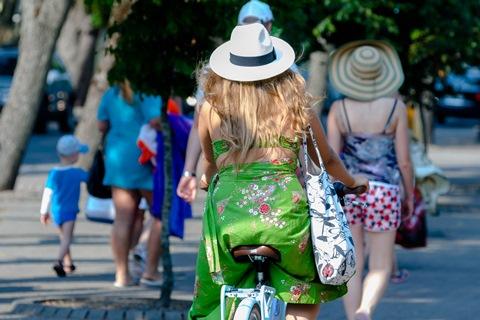 Gražuolė ant dviračio
