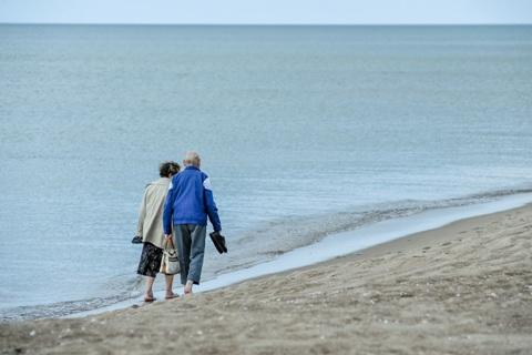Du žmonės prie jūros