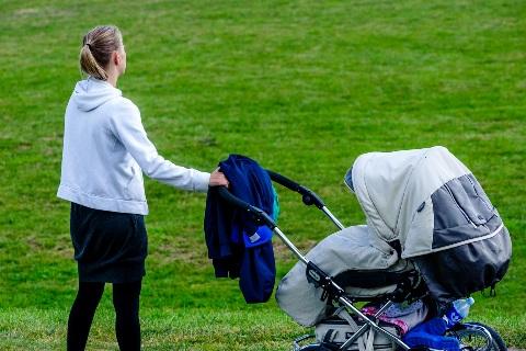 Mama su vaiko vežimėliu