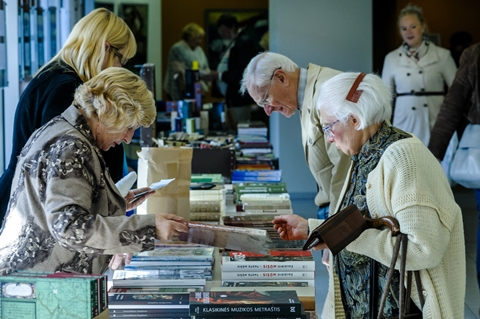 Senjorai skaito knygas