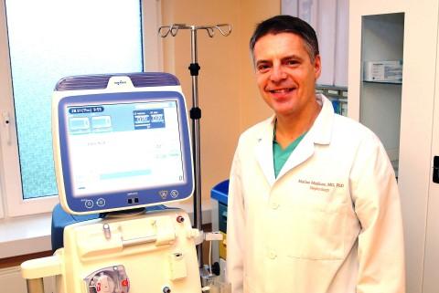 Prof. M.Miglinas prie naujojo dializės aparato