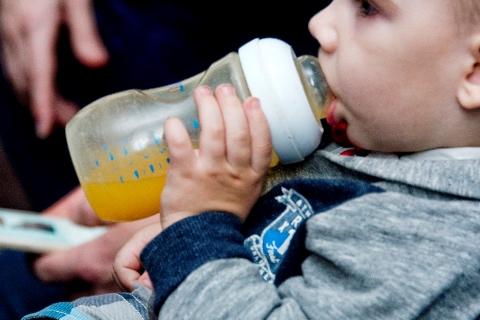 Kūdikis geria sultis