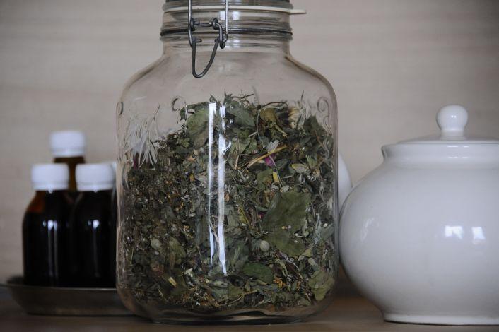 Džiovintos vaistažolės stiklainyje