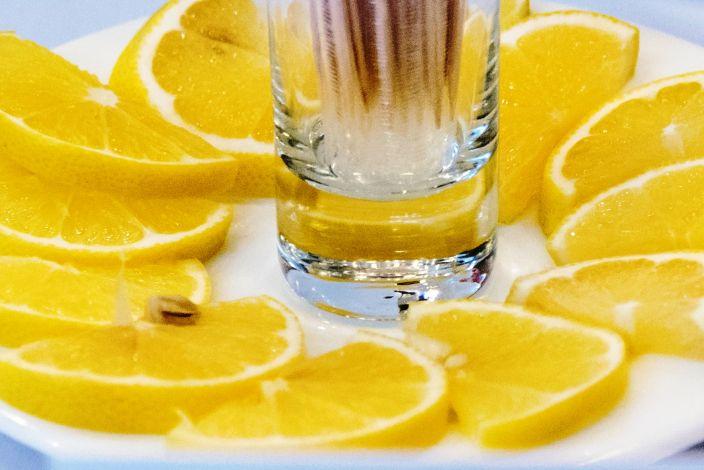 Stiklinė vandens su citrinos griežinėliais