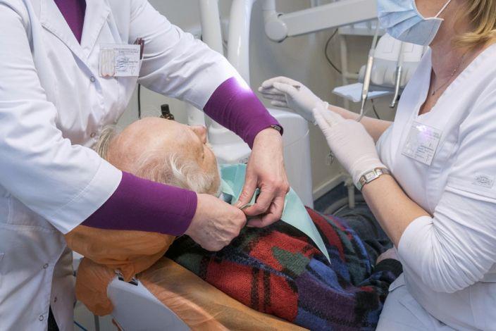 Senukas odontologo kėdėje