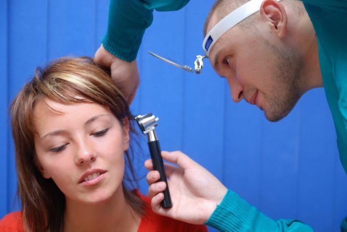 Gydytojas tikrina ausis