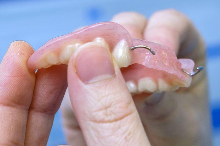 Rankose laiko dantų protezą