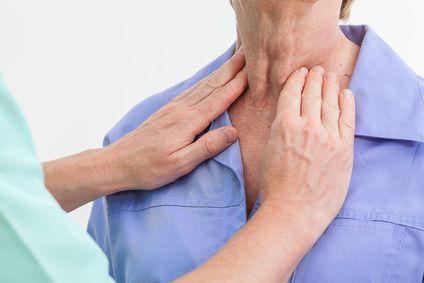 Gydytojas čiuopia pacientės skydliaukę
