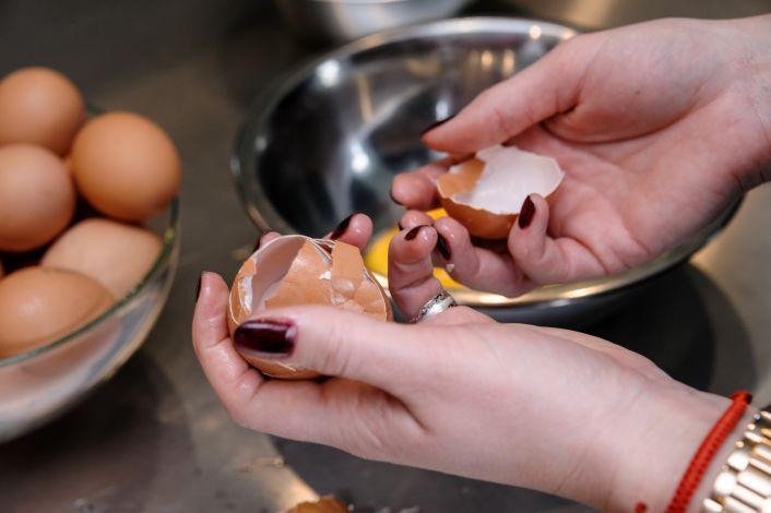 Daužo kiaušinius