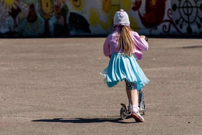 Mergaitė su paspirtuku