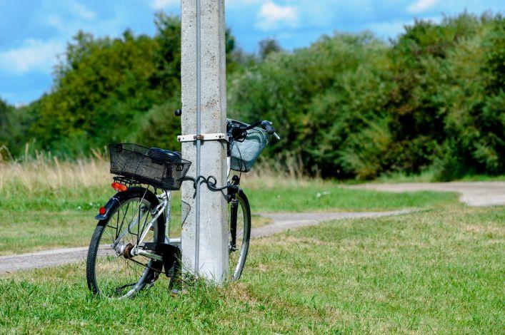 Į stulpą atremtas dviratis