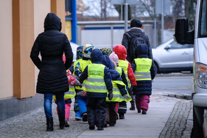 Vaikai su liemenėmis