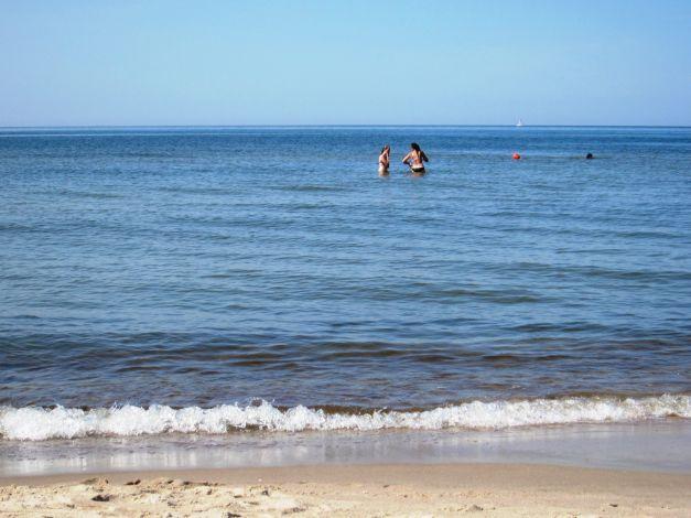 Žmonės maudosi jūroje