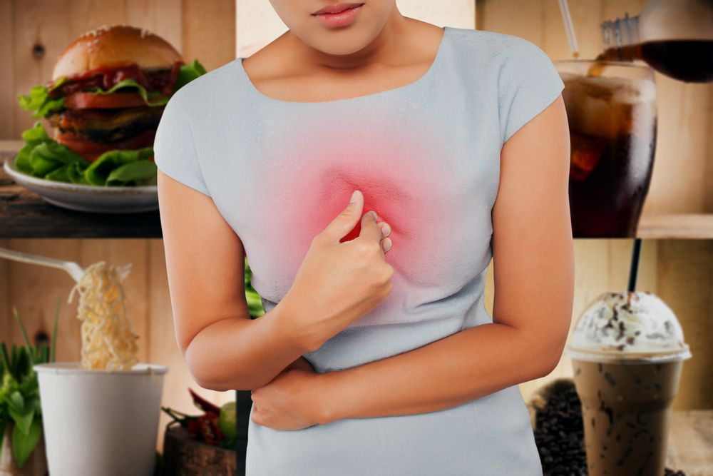 Moters delnas ant skaudančios krūtinės