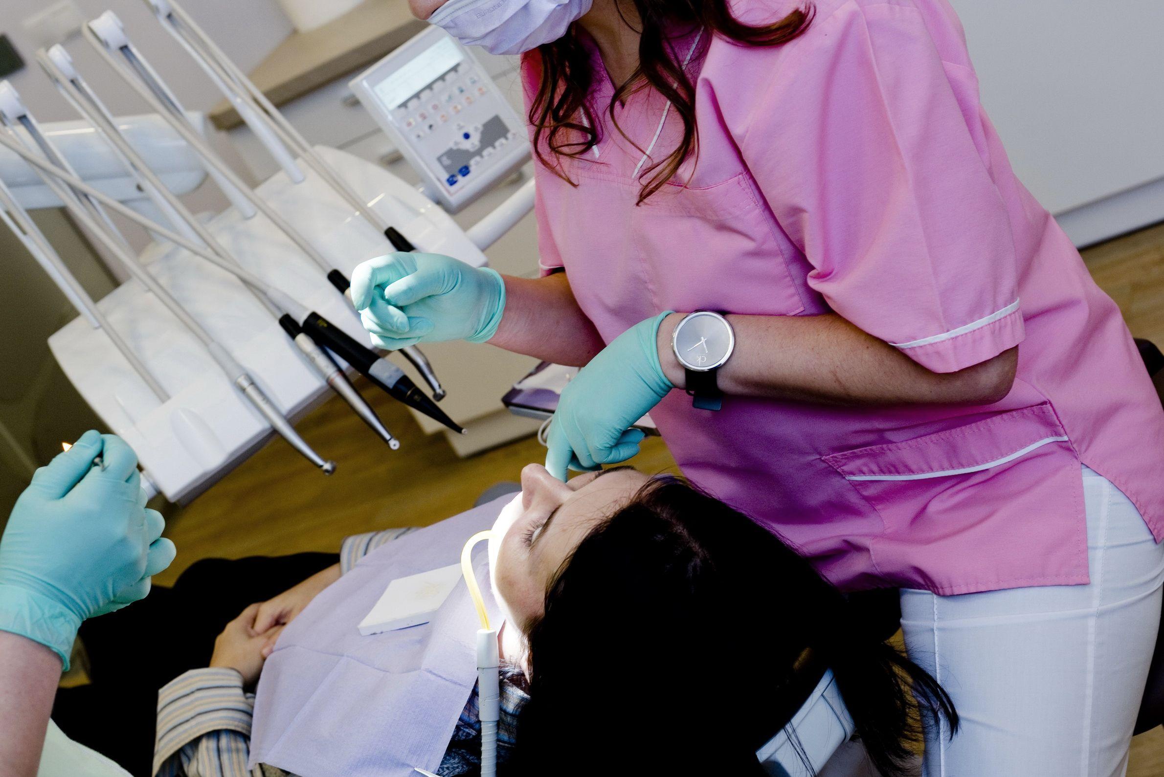 Dantistė taiso dantis