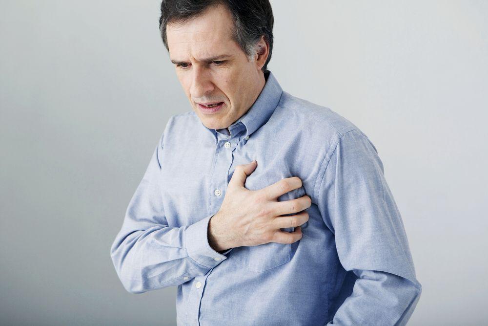 Vyras, susiėmęs už širdies