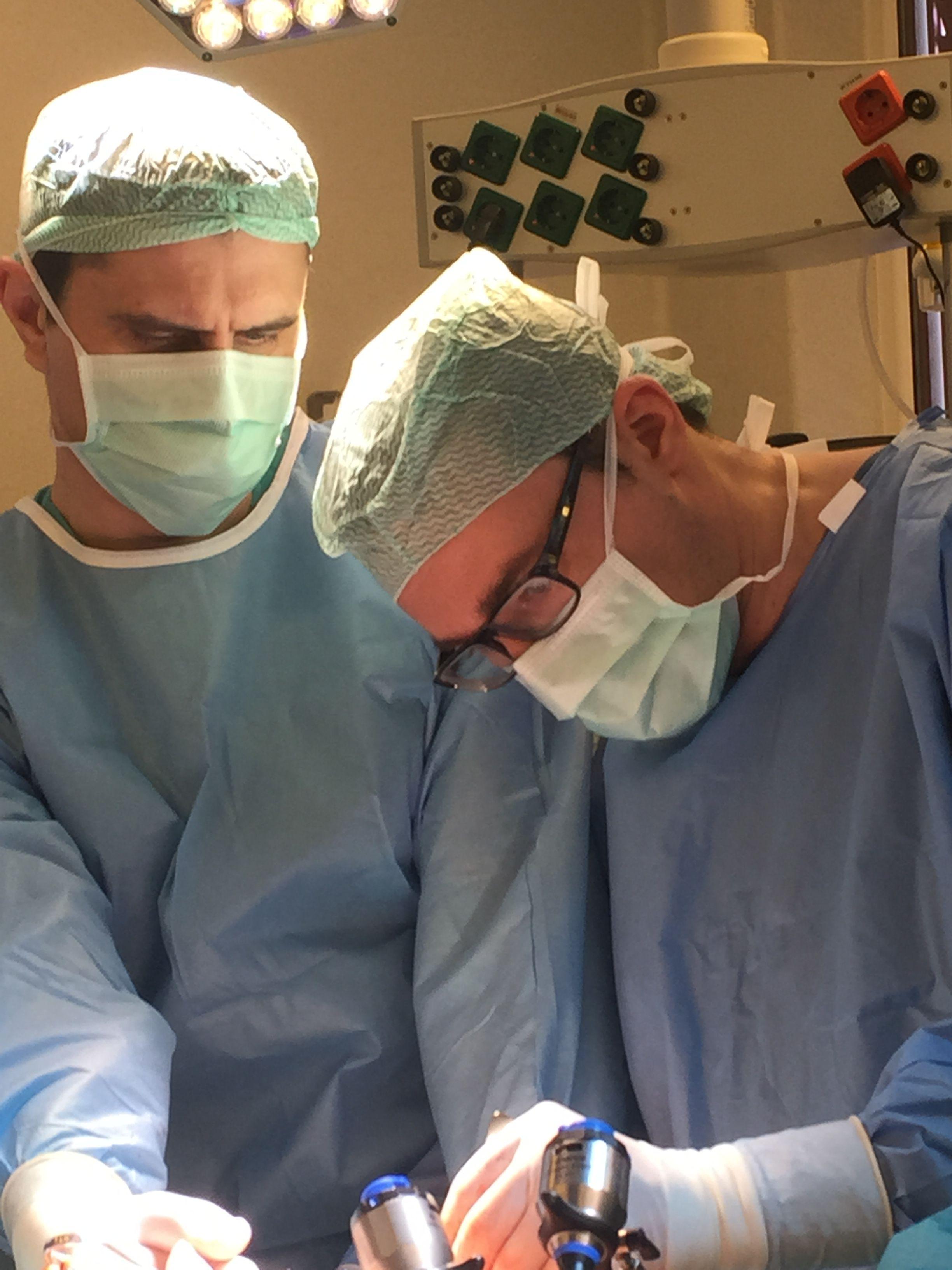 Chirurgai pasilenkę prie operacinio stalo