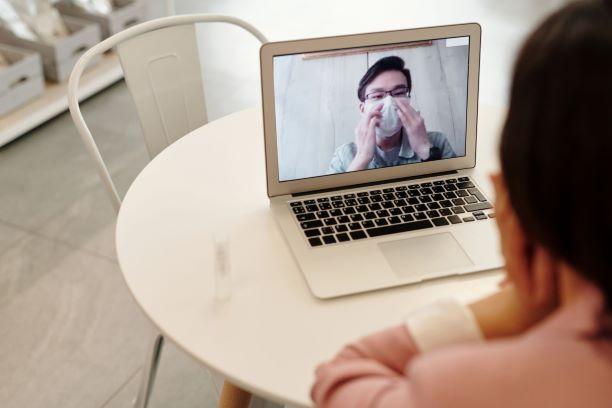 Pora su kaukemis ir izoliacijoje kalbasi per kompiuteri