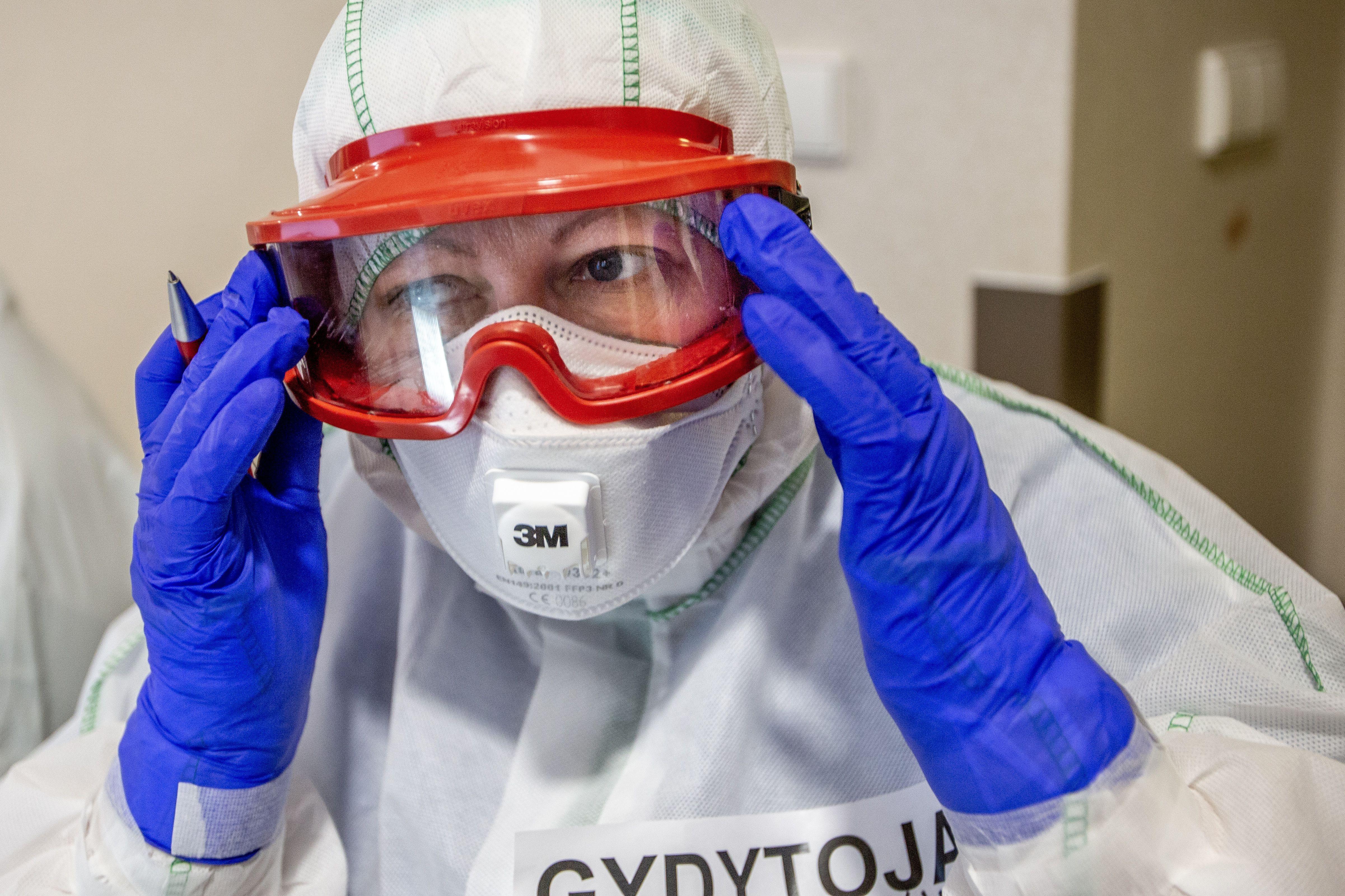 Gydytojas su apsaugos priemonemis nuo COVID-10