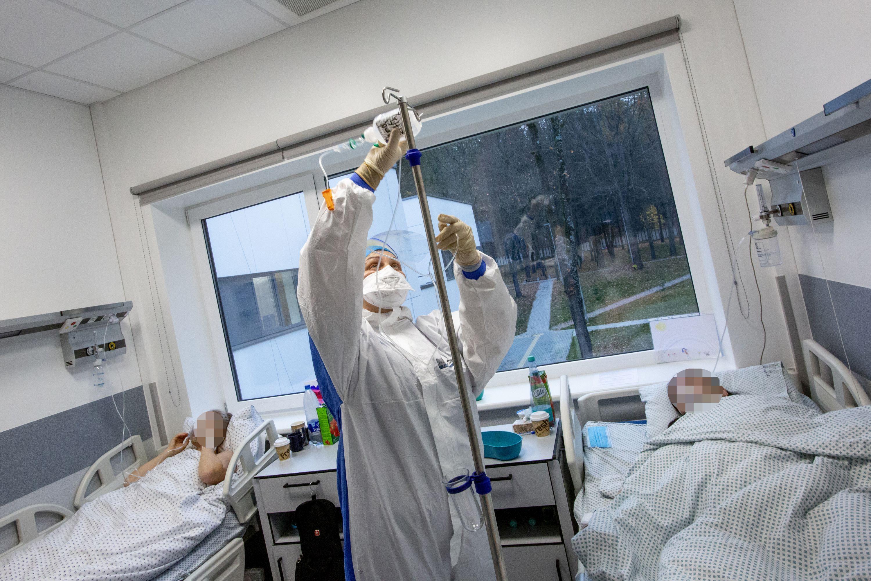 Palatoje medikas su kauke ruošia lašelinę pacientams