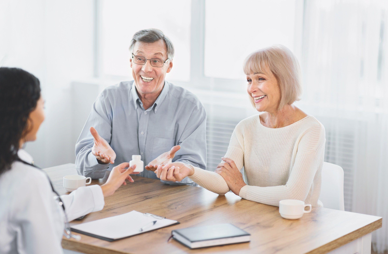Vyras ir moterys konsultuojasi su gydytoju