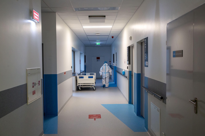Medikas ligoninės koridoriuuje