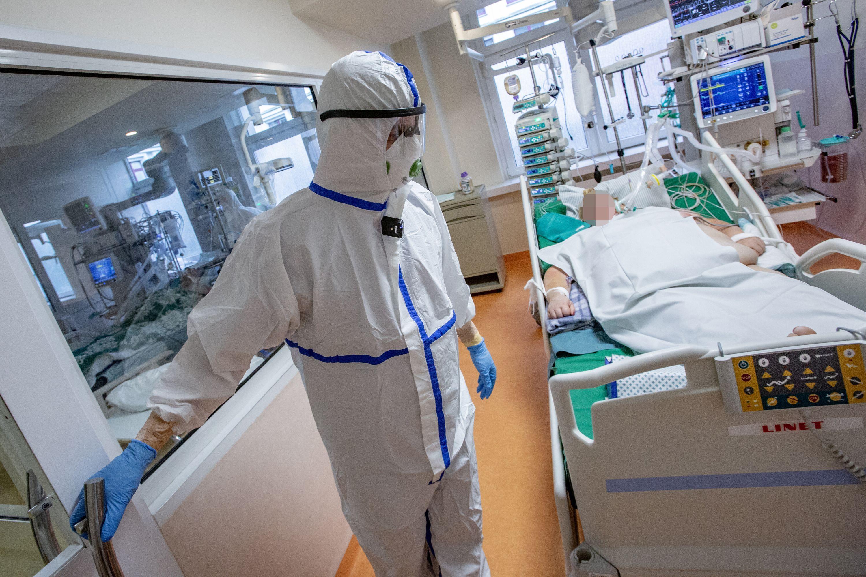Medikas prie COVID sergančio paciento