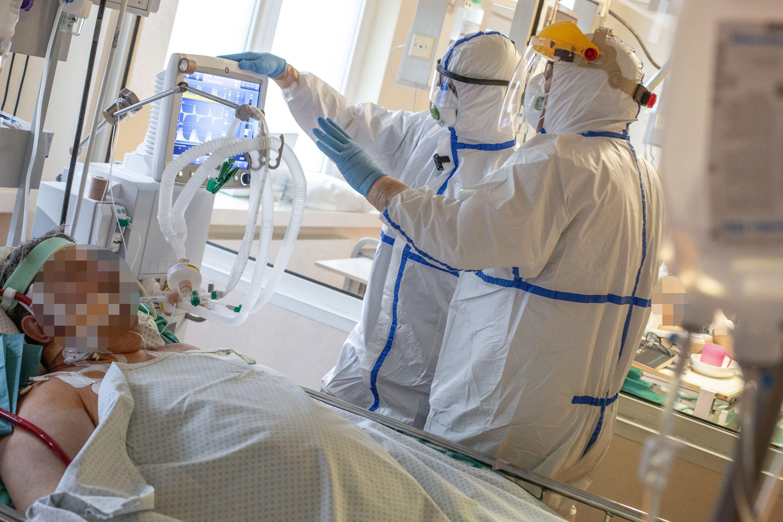 Du medikai prie ligonio lovos