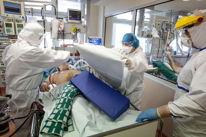 Medikai ir pacientas reanimacijos skyriuje
