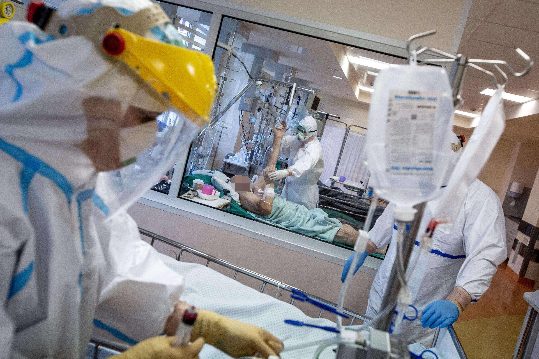 Medikai slaugo COVID sergančius pacientus