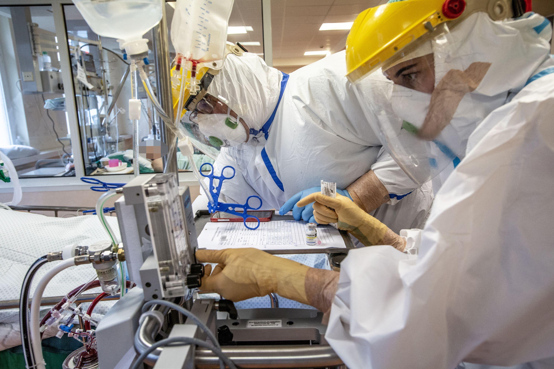 Medikai prie reanimacijos įrangos