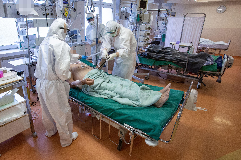 Medikai prie ligonio lovos