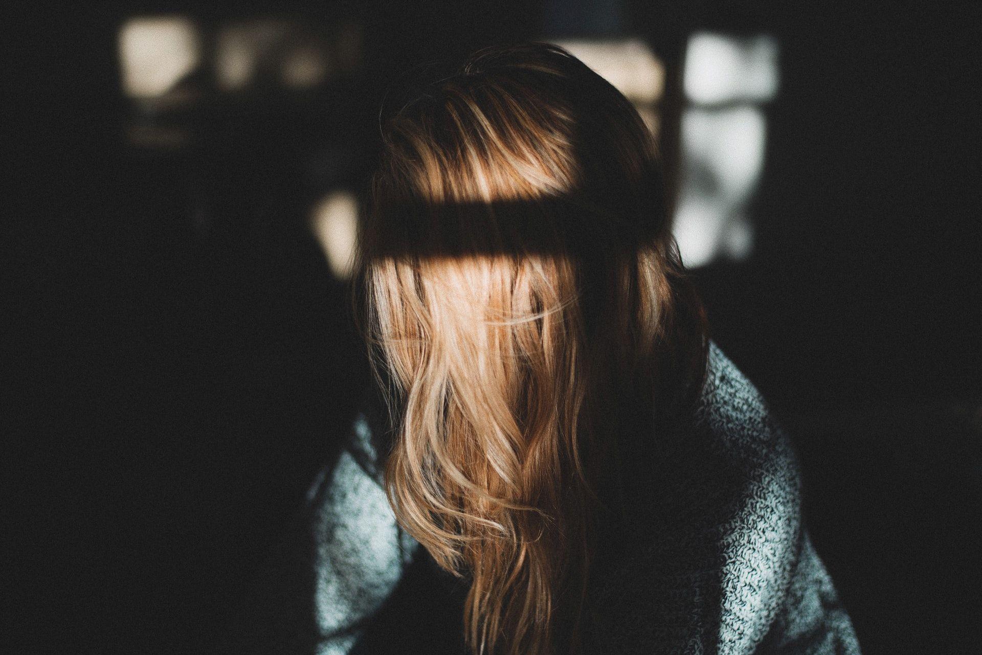 Veidą slepianti mergina